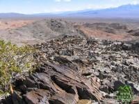 Filosas piedras laja en la ladera del cerro