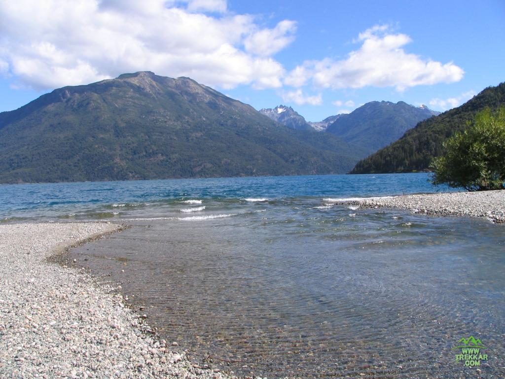 el Rio Azul desemboca en el lago Puelo