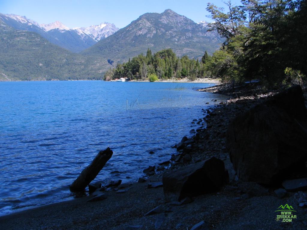 el sendero sale a la orilla del lago