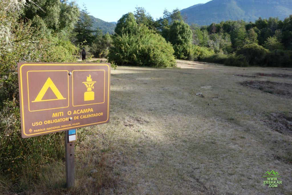 camping agreste al lado de la pasarela del río Manso