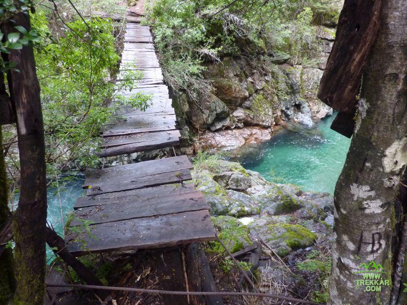 19 una de las pasarelas que cruzan el Rio Motoco